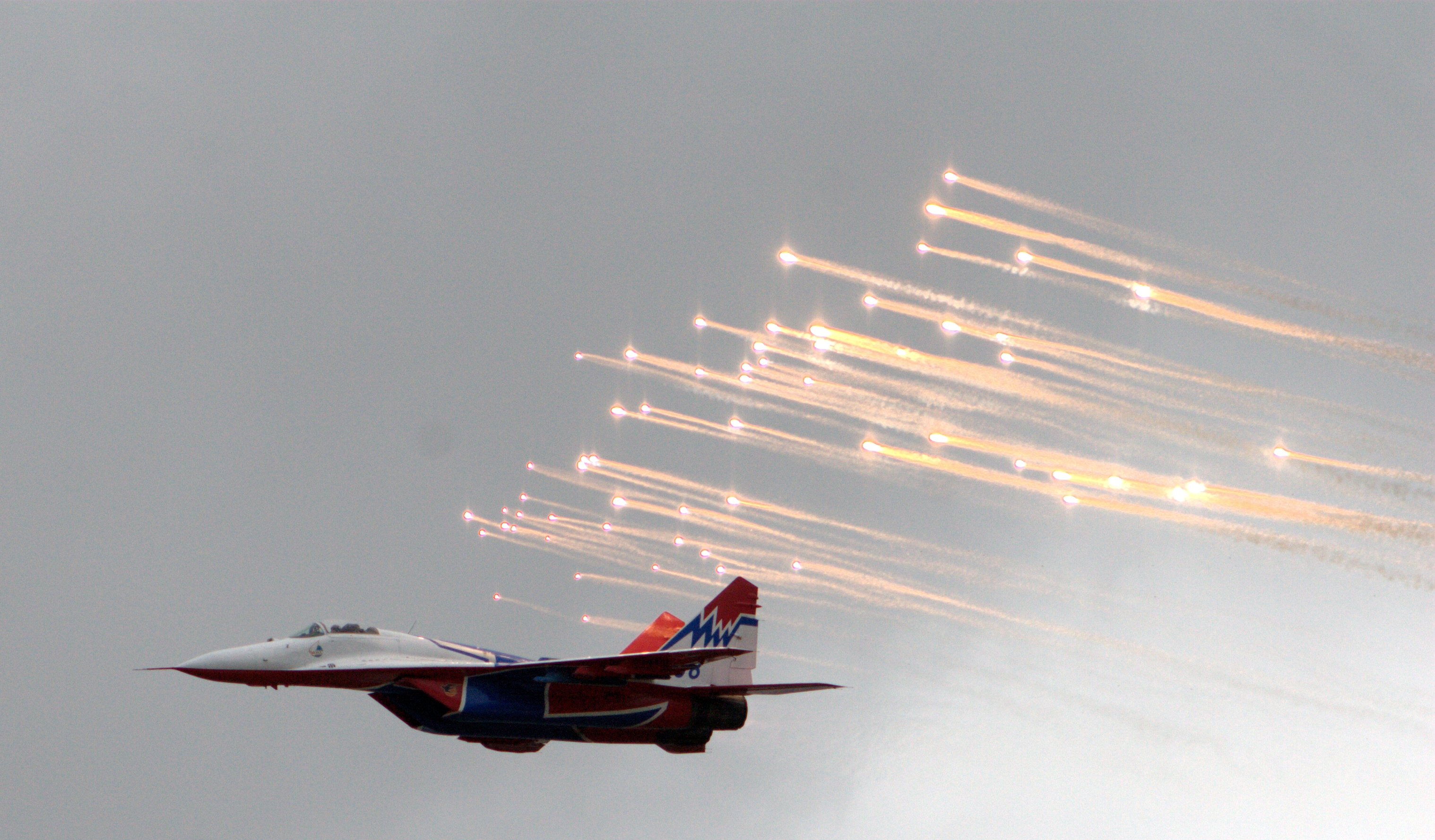 MiG-29%20releases%20flares.jpg